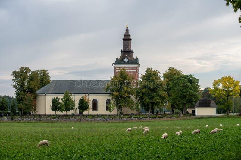 Weiße Steinkirche auf der schwedischen Landschaft lizenzfreies stockfoto
