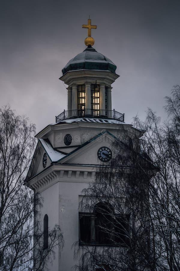 Weiße Steinkirche in der Dunkelheit lizenzfreie stockfotografie
