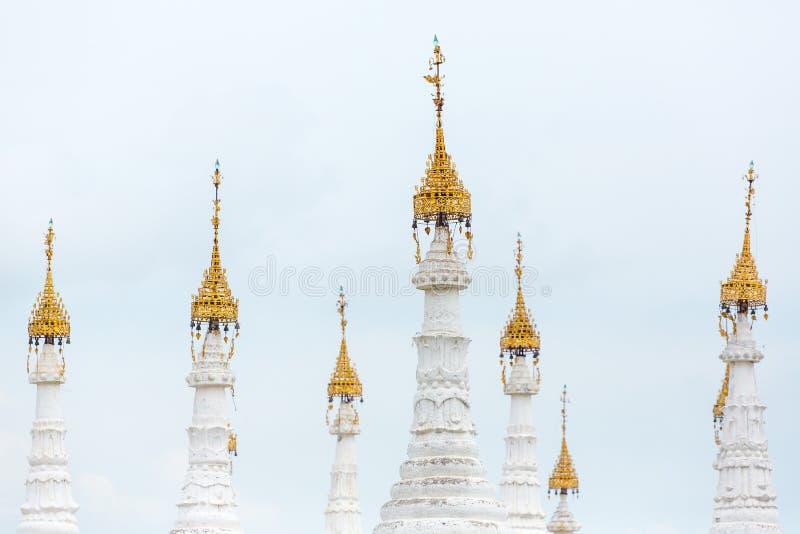 Weiße stupas von Kuthodaw-Pagode mit Tripitaka entsteint Aufschriften nach innen in Mandalay stockbild