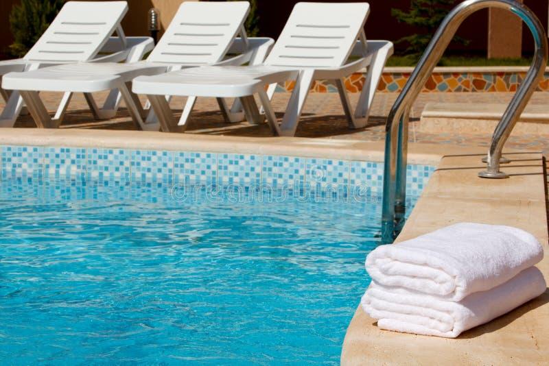 Weiße Tücher durch das Pool. stockbilder