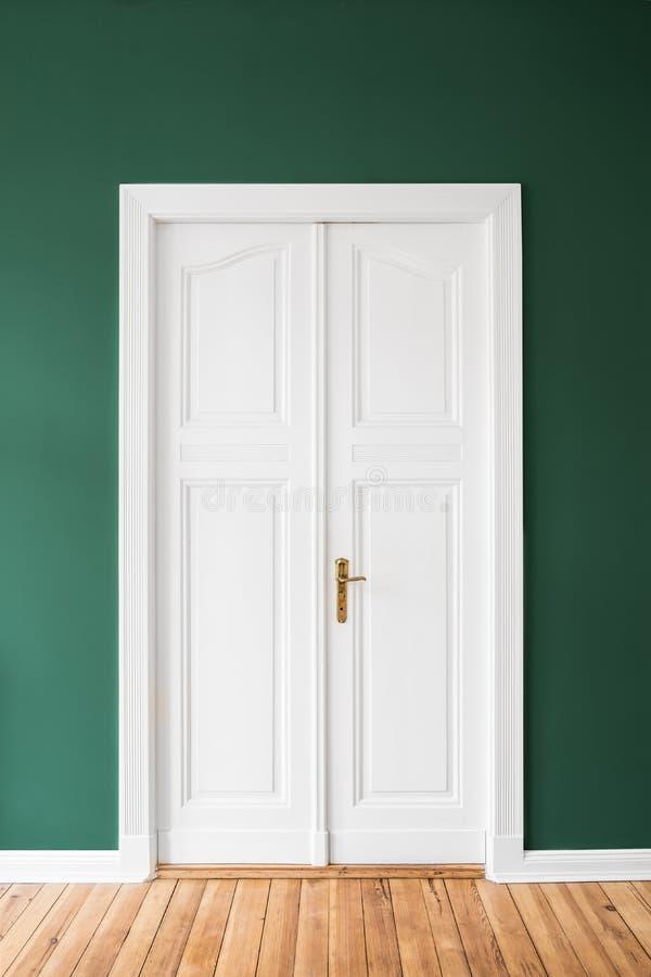 Weiße Tür, grüne Wände - erneuerte Wohnung lizenzfreies stockbild