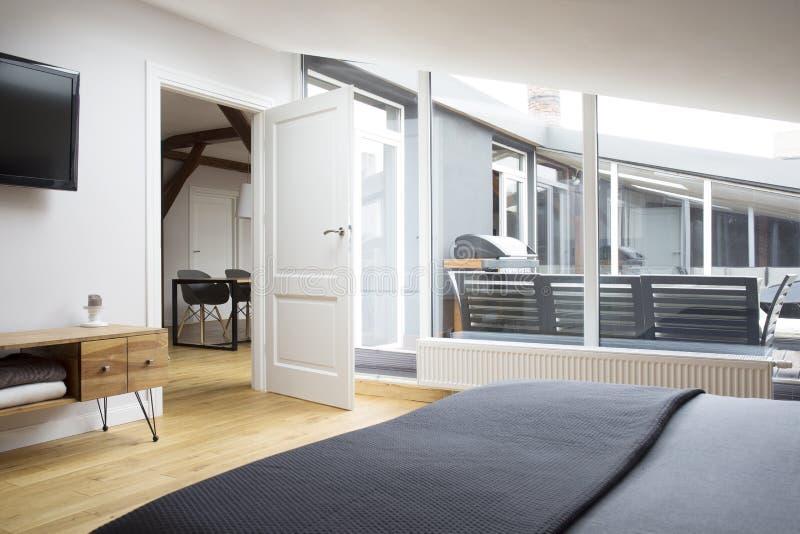 Weiße Türen im grauen Schlafzimmer lizenzfreie stockfotos