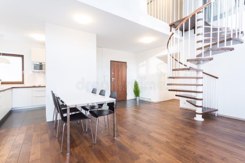 Weiße Tabelle in dinning Raum stockbild