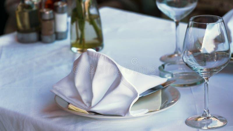 Weiße Tabelle im Restaurant lizenzfreie stockbilder