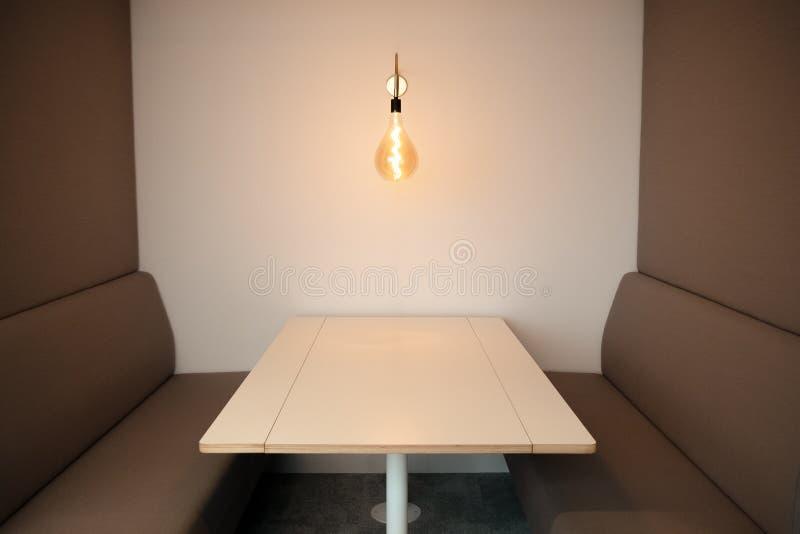 Wei?e Tabelle und zwei braune Sofas am Konferenzzimmer stockfotografie
