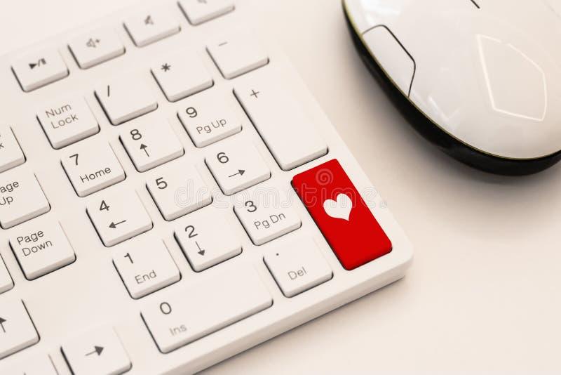 Weiße Tastatur mit Herzzeichen Rotes Herz auf der Computertastatur stockbild