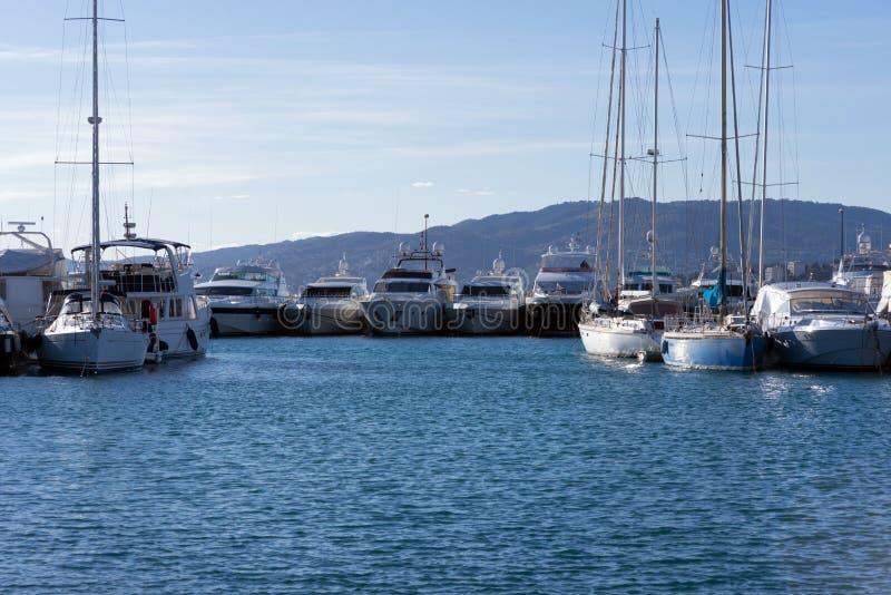 Weiße teure Yachten auf einem Hintergrund von Bergen an einem sonnigen Tag lizenzfreie stockbilder