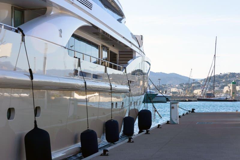 Weiße teure Yachten auf einem Hintergrund von Bergen an einem sonnigen Tag lizenzfreie stockfotos