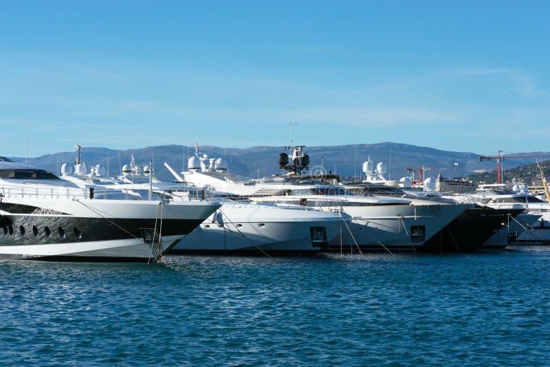 Weiße teure Yachten auf einem Hintergrund von Bergen an einem sonnigen Tag lizenzfreie stockfotografie