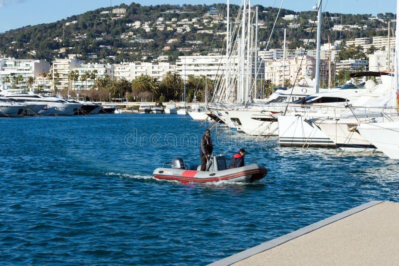 Weiße teure Yachten auf einem Hintergrund von Bergen an einem sonnigen Tag Yachtparken in Cannes, Frankreich Treibnetz f?r Thunfi stockbild