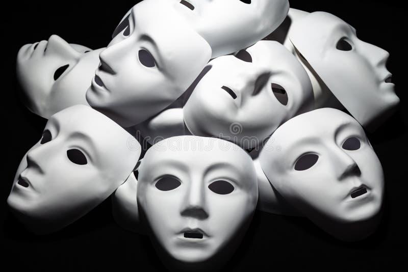 Weiße Theatermasken auf schwarzem Hintergrund Auszug vektor abbildung