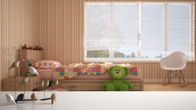 Weiße Tischplatte oder Regal mit minimalistic Vogelverzierung, Piepmatz knick - Geschicklichkeit über unscharfem farbigem Kinders lizenzfreies stockfoto
