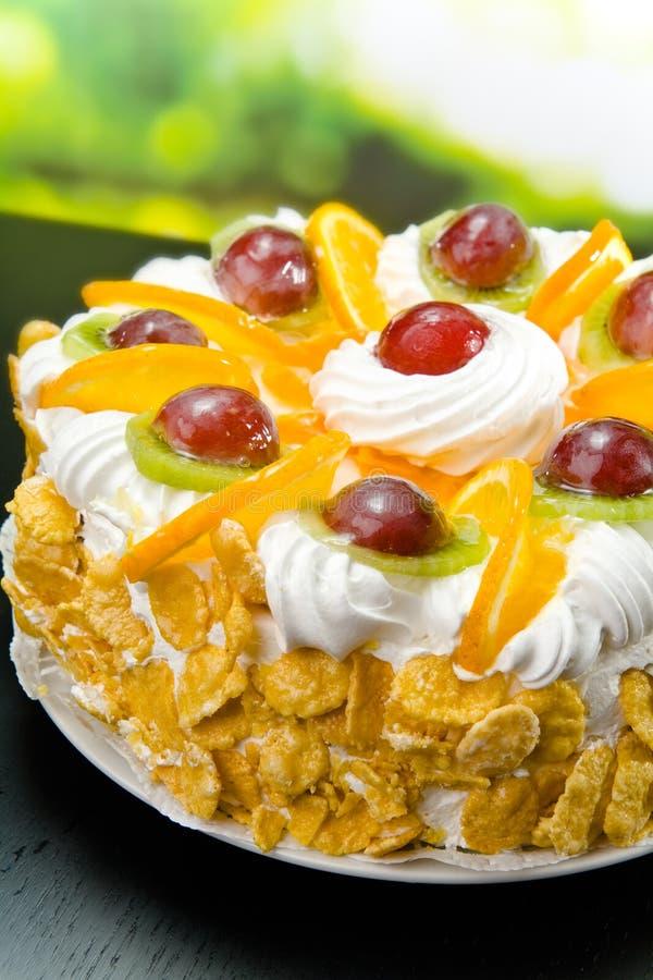 Weiße Torte auf Platte draußen lizenzfreies stockfoto