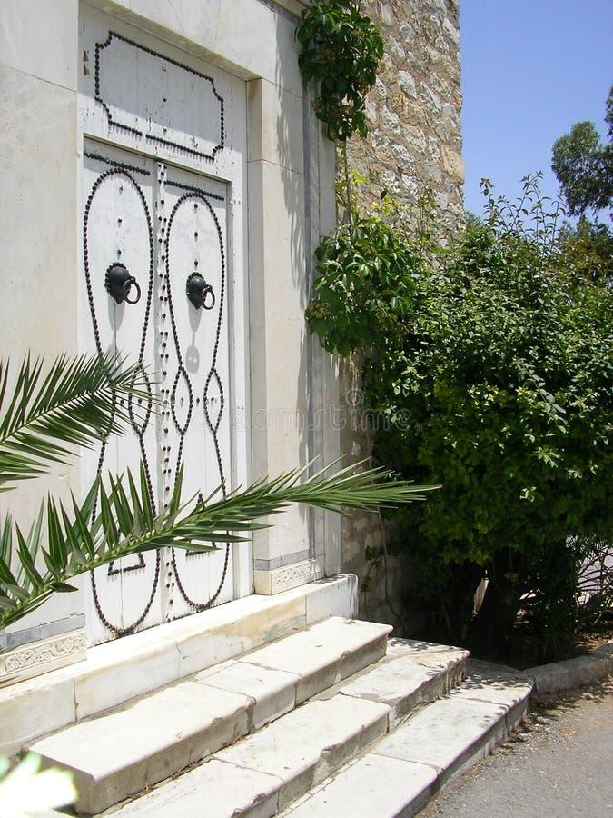 Weiße tunesische Tür lizenzfreies stockbild