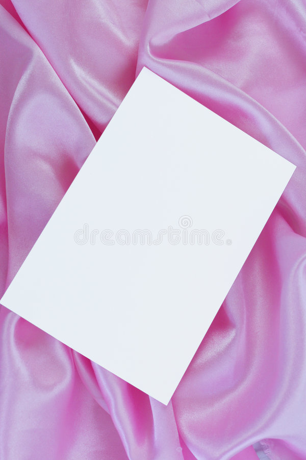 Weiße unbelegte Karte auf rosafarbenem Satin stockbild