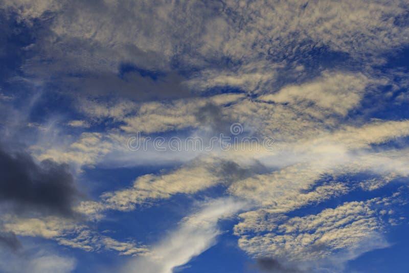 Weiße und dunkle Wolke stockfoto