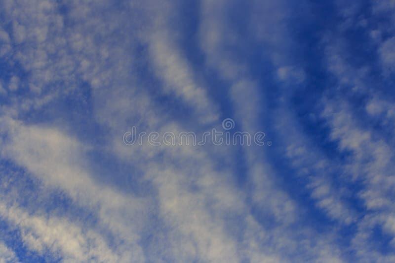 Weiße und dunkle Wolke lizenzfreies stockbild