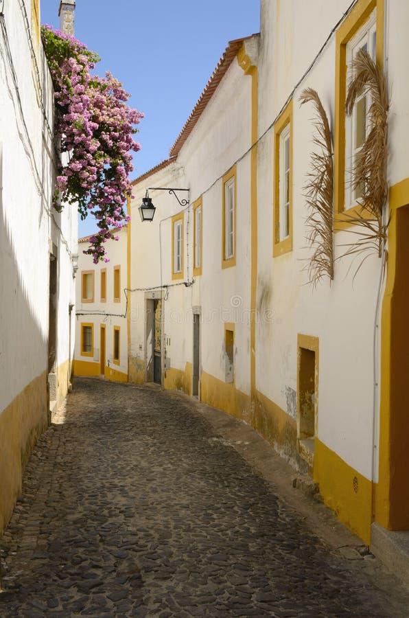 Weiße und gelbe Straße stockfotos