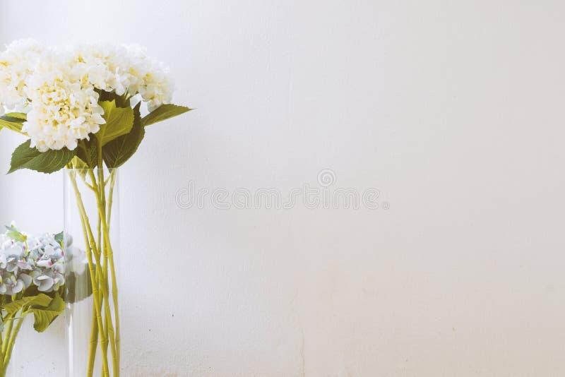 Weiße und purpurrote Blume stockbild