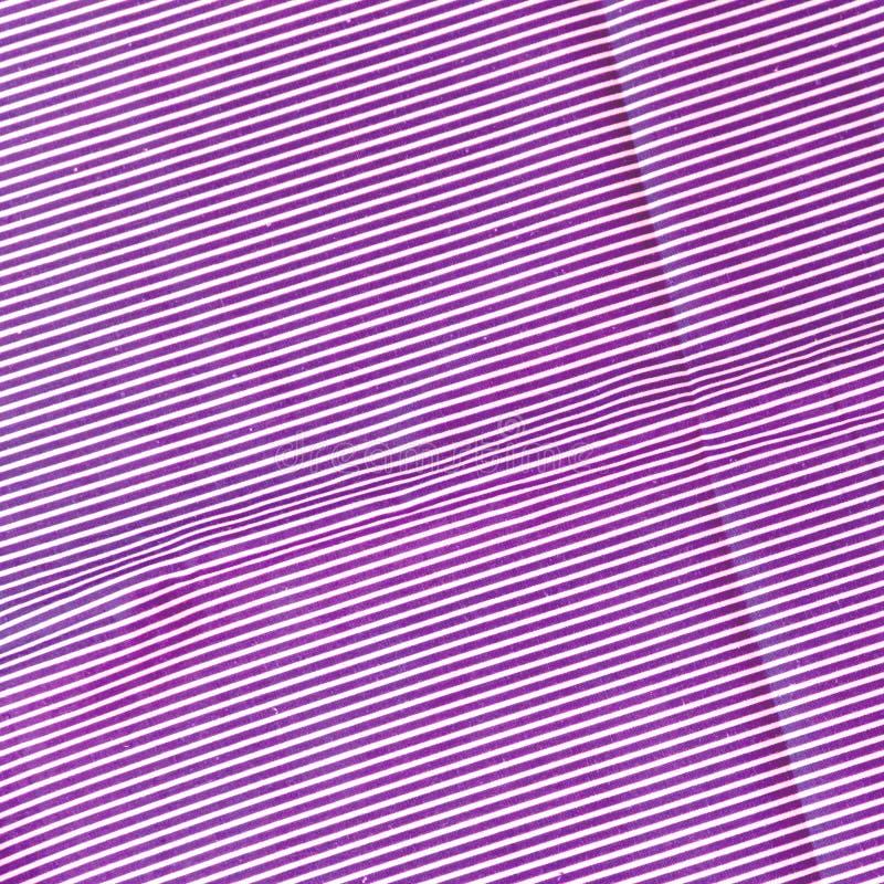Wei?e und purpurrote lila gestreifte Gewebebeschaffenheit f?r Hintergrund lizenzfreies stockbild