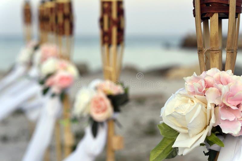 Weiße und rosa Blumenhochzeitsdekoration lizenzfreies stockfoto