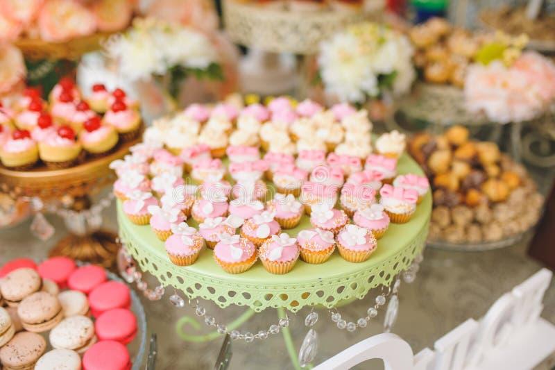 Weiße und rosa kleine Kuchen stockfoto
