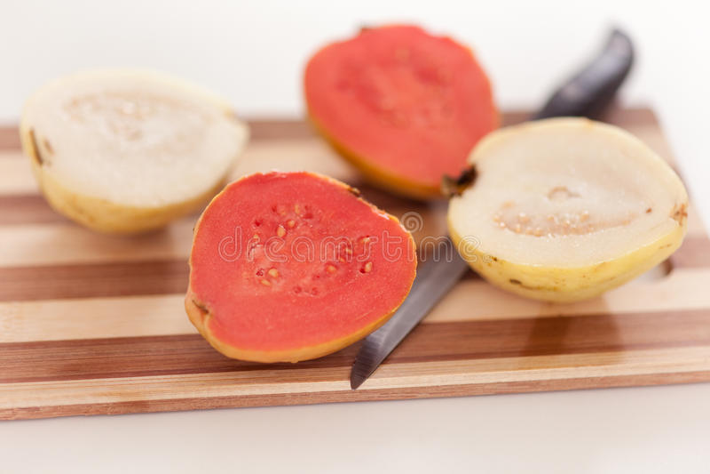 Weiße und rote Guajava-Frucht auf Schneidebrett stockfotografie