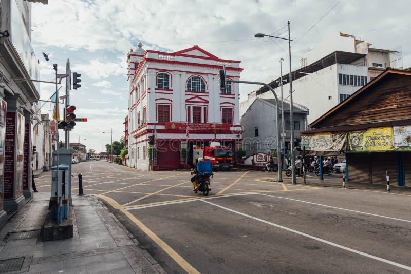 Weiße und rote Kolonialarchitektur ist Feuerpolizeirevier auf der Straße bei George Town Penang, Malaysia lizenzfreie stockfotografie