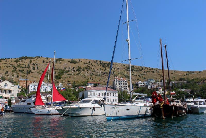 Weiße und schwarze Boote auf dem Pier lizenzfreie stockfotos
