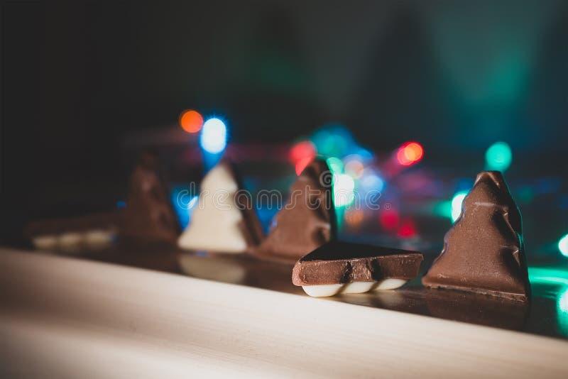 weiße und schwarze Schokoladenform des Weihnachtsbaums stockbild