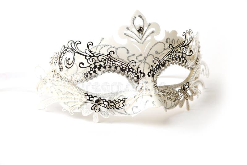 Weiße und silberne aufwändige Maskerade-Maske auf weißem Hintergrund stockfotografie