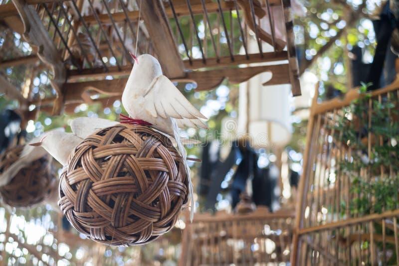 Weiße Vögel aus ihrem leblosen Konzept der Käfige heraus, Foto auf Lager lizenzfreie stockfotografie