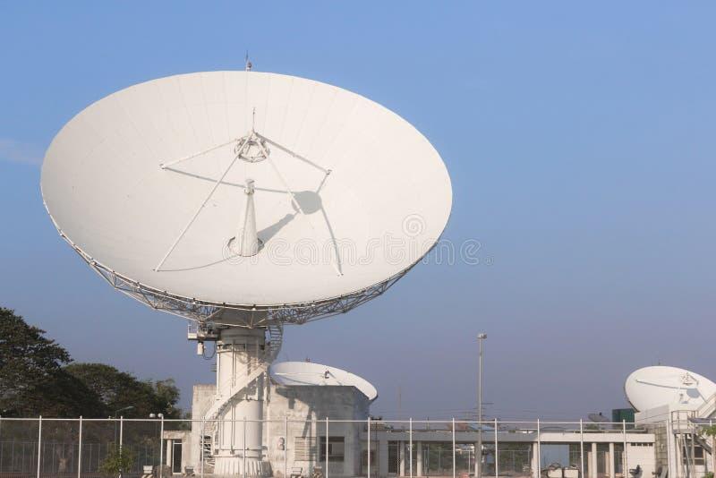 Weiße Verbindungen über Satelitte in Thailand lizenzfreie stockfotografie