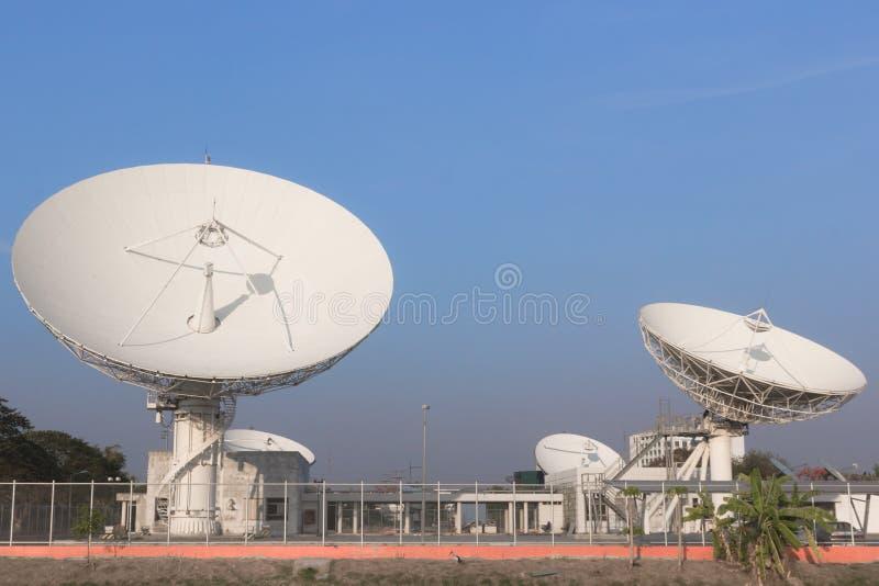 Weiße Verbindungen über Satelitte in Thailand stockbilder