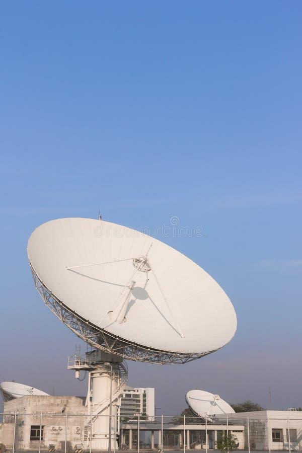 Weiße Verbindungen über Satelitte in Thailand lizenzfreies stockbild