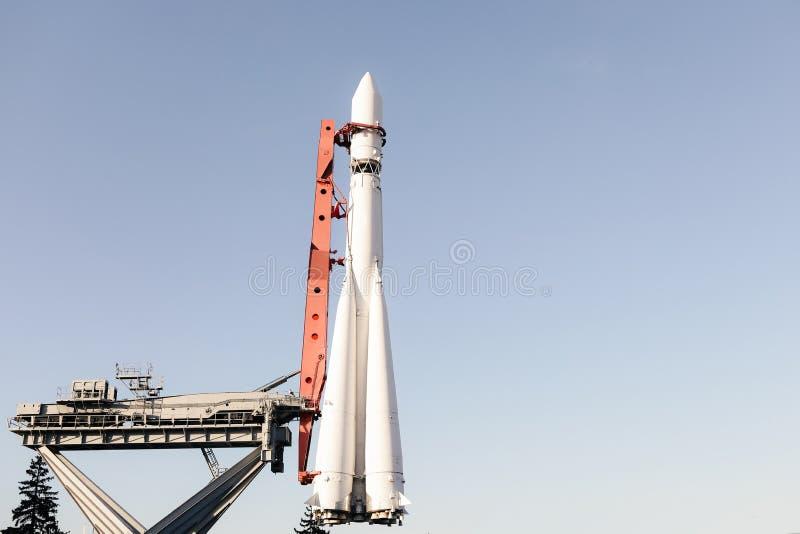 Wei?e vertikale Rakete bereit zum Produkteinf?hrungshintergrund stockfotografie