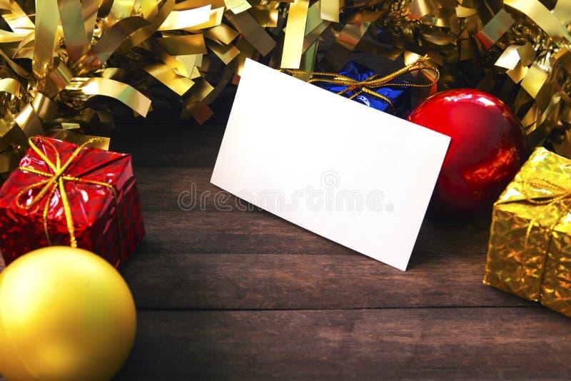 Weiße Visitenkarte im Weihnachtsdekor auf hölzernem Hintergrund stockfotos