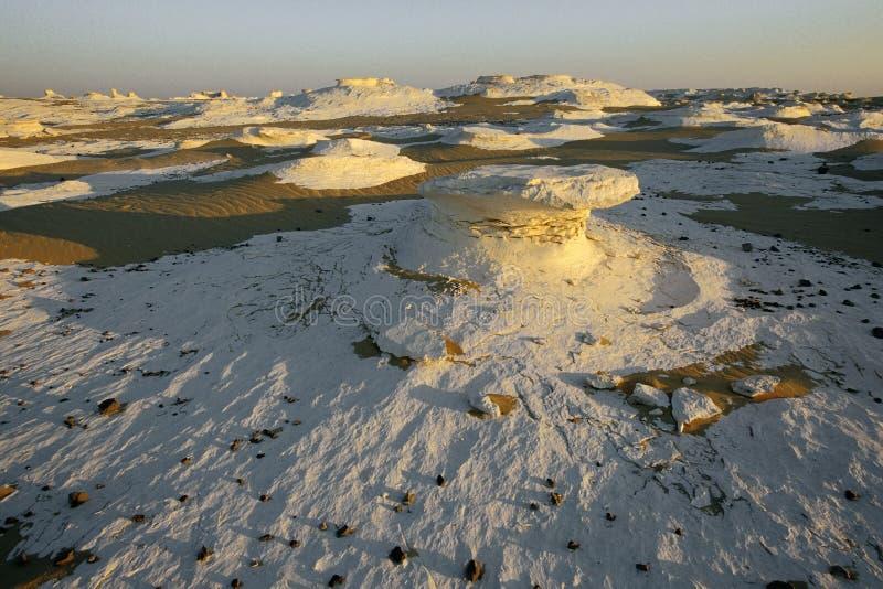 Weiße Wüste im Sonnenaufgang stockbild
