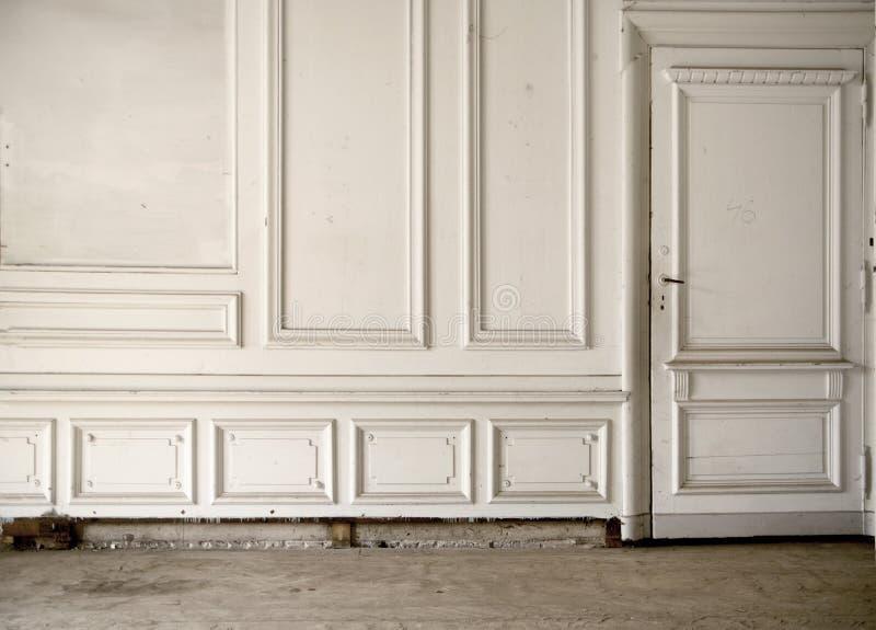 Weiße Wand im hellen alten Raum stockbilder