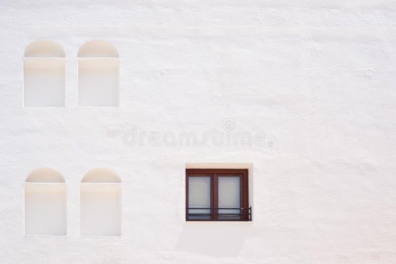 Weiße Wand mit Fenster und Nischen stockbild
