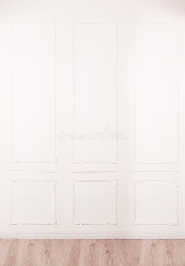 Weiße Wand verziert lizenzfreies stockbild