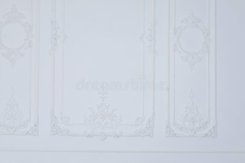 Weiße Wand werden mit Verzierungen verziert stockfotografie