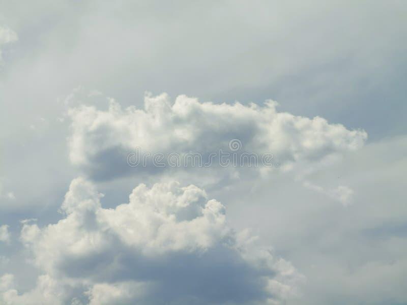 Weiße weiche Wolken auf einem blauen Himmel über dem Ozean lizenzfreie stockfotos