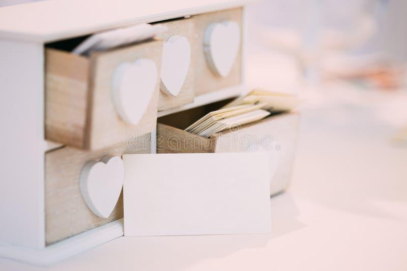Weiße Weinlese-dekorative Holzkiste für Visitenkarten stockbilder