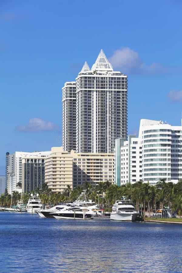 Weiße Wohngebäude im Miami Beach, Florida lizenzfreies stockfoto