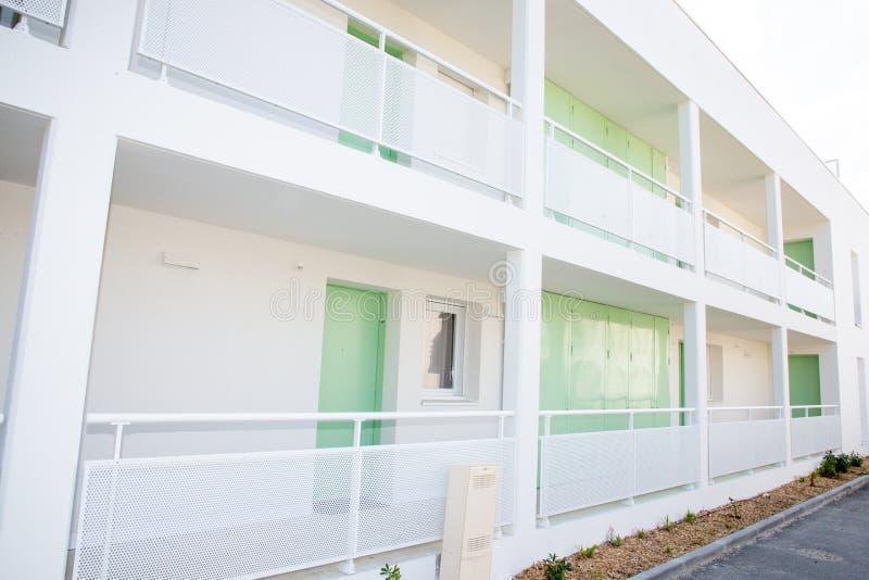 Weiße Wohnung mit grüner Tür im Neubau stockfotos