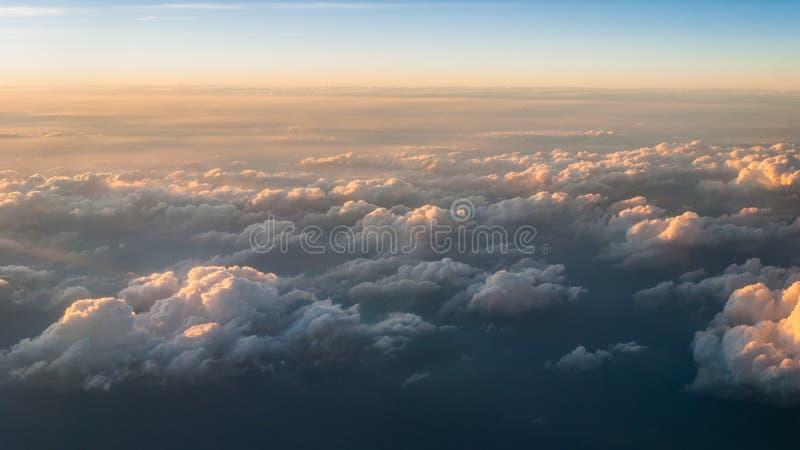 Weiße Wolke auf Draufsicht stockfotos