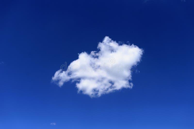 Weiße Wolke im blauen Himmel lizenzfreie stockfotografie