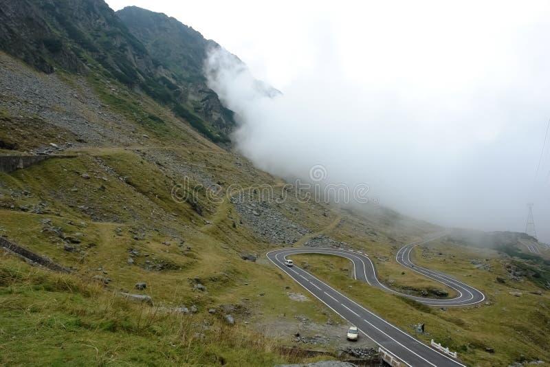 Weiße Wolke und szenische Wicklung Transfagarasan-Gebirgsstraße in Rumänien stockfoto