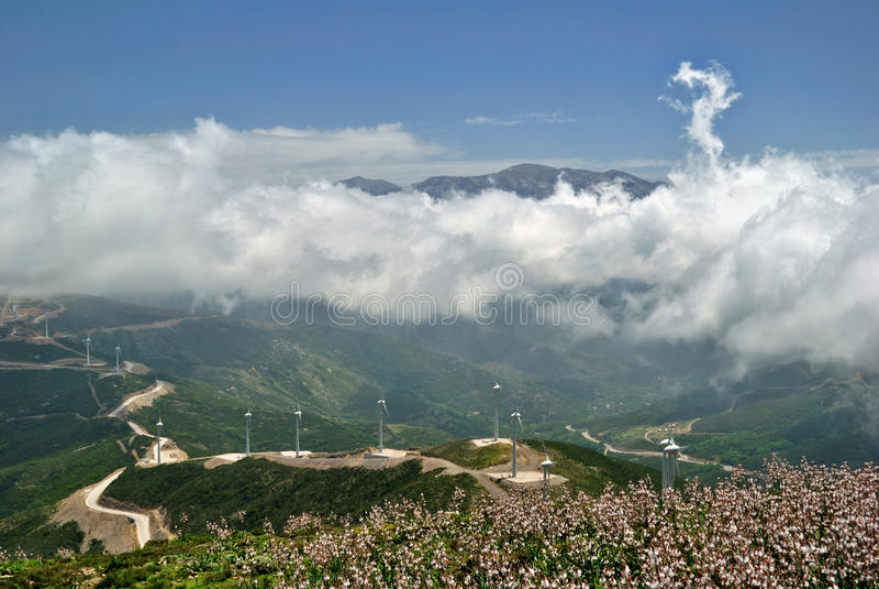 Weiße Wolken über grünen Hügeln und Wind-Tausendsteln stockfotografie